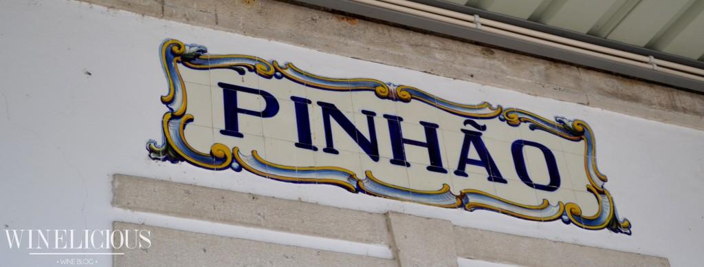 A freguesia do Pinhão situa-se na margem direita do rio Douro, próxima à confluência com o rio Pinhão.