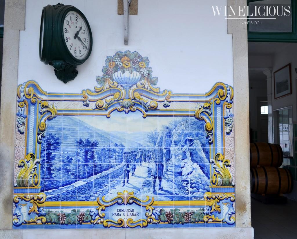 Os azulejos são da autoria do artista J. Oliveira e foram encomendados no ano de 1937 à fábrica Aleluia (Aveiro).